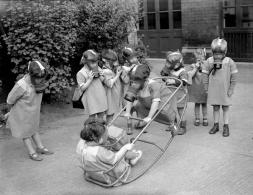 ww2_children_play_gas_masks (1)